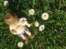 El gnomo del jardín miente en un prado verde Fotografía de archivo libre de regalías