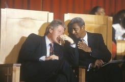 El gobernador Bill Clinton conversa con el reverendo Otis Moss en Olivet Baptist Church en Cleveland, Ohio durante el Clinton/el  Imagenes de archivo