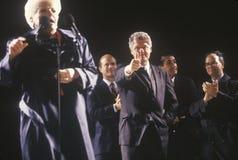 El gobernador Bill Clinton y el gobernador Ana Richards en una campaña de Tejas se reúnen en 1992 en su día final de hacer campañ fotos de archivo
