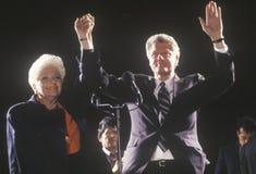 El gobernador Bill Clinton y el gobernador Ann Richards en una campaña de Tejas se reúnen en 1992 en su día final de hacer campañ imagen de archivo