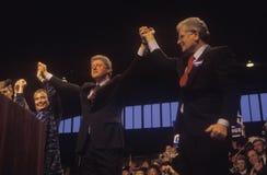 El gobernador Bill Clinton y el gobernador Roy Romer en una campaña de Denver se reúnen en 1992 en su día final de hacer campaña  Imágenes de archivo libres de regalías