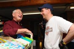 El gobernador Scott Walker de Wisconsin habla con un votante en Washington General Store en Washington, New Hampshire, sept. 6 20 Imagen de archivo libre de regalías