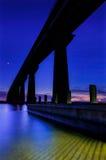 El gobernador Thomas Johnson Bridge sobre el río en el crepúsculo, isla de Solomons, Maryland de Patuxent. imágenes de archivo libres de regalías