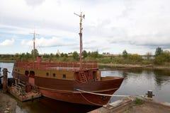 El goleta en el muelle en Neva River cerca de la fortaleza Shl Imagen de archivo libre de regalías