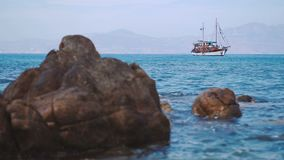 El goleta solo se ancla en el puerto reservado del mar Mediterráneo almacen de metraje de vídeo