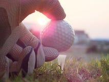 El golf en la camiseta blanca en el c?sped verde all? es sol imágenes de archivo libres de regalías