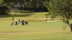 El golf que juega de cuatro menen Majorca almacen de video