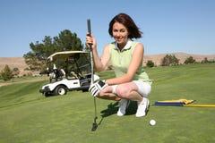 El Golfing bonito de la mujer Foto de archivo libre de regalías