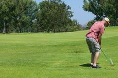 El Golfing del hombre Imágenes de archivo libres de regalías