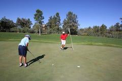 El golfing del padre y del hijo Foto de archivo libre de regalías