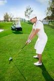 El golfista se está preparando para golpear la pelota de golf Imagen de archivo