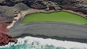 El Golfo绿色湖的空中全景跨线桥  兰萨罗特岛,加那利群岛 股票录像