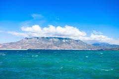 El golfo de Corinto y Loutraki Imagen de archivo libre de regalías