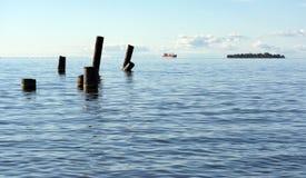 El golfo de Finlandia con el mar del agua azul en el horizonte la nave, Fotografía de archivo