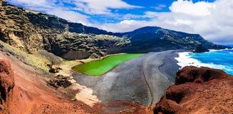 El Golfo med unika Lago Verde och svarta sander sätter på land Lanzarote Royaltyfria Bilder