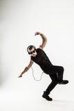 El golpeador creativo en los auriculares y los vidrios oscuros realiza un ra Fotografía de archivo