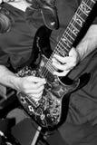 El golpear ligeramente de la guitarra Imagen de archivo libre de regalías
