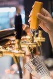 El golpecito de la cerveza foto de archivo libre de regalías