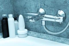 El golpecito moderno en cuarto de baño Imágenes de archivo libres de regalías