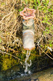 El golpecito viejo de /The del golpecito para el agua de la zanja en granja tailandesa. Imagenes de archivo