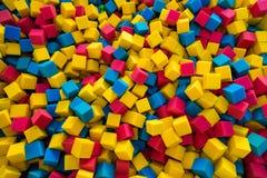El gomaespuma coloreado cubica el fondo Imágenes de archivo libres de regalías