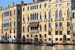 El gondolero flota más allá del palazzo viejo en Venecia Fotografía de archivo