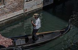 El gondolero monta la góndola en los canales de Venecia imagen de archivo libre de regalías