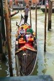 El gondolero navega con los turistas que se sientan en una góndola, Venecia, Ital Foto de archivo libre de regalías