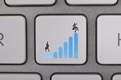 El gráfico azul del éxito levanta al hombre de negocios Imagenes de archivo