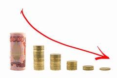 El gráfico de la caída del dinero Flecha roja abajo Imagen de archivo