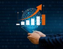 El gráfico de los teléfonos elegantes binarios financieros de las comunicaciones globales del crecimiento y los empresarios de In imágenes de archivo libres de regalías
