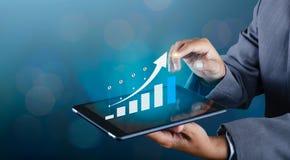 El gráfico de los teléfonos elegantes binarios financieros de las comunicaciones globales del crecimiento y los empresarios de In fotos de archivo