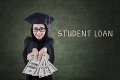 El graduado de la hembra consigue el dinero de préstamo del estudiante Imagenes de archivo