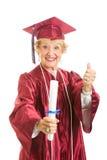 El graduado de los ancianos da los pulgares para arriba Imágenes de archivo libres de regalías