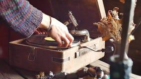 El gramófono viejo, jugando un expediente, cierre encima del vídeo Lazo-capaz del vintage sirve la mano que da vuelta a la manija metrajes