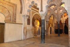 El gran interior famoso de la mezquita o de Mezquita en Córdoba, España foto de archivo