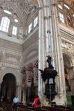 El gran interior famoso de la mezquita o de Mezquita en Córdoba, España Imagenes de archivo