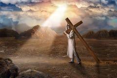 El gran mártir con la cruz en el desierto, sol irradia Fotografía de archivo