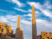 El gran obelisco en los rins de Karnak y del templo de Karnak antes de la puesta del sol fotos de archivo