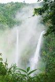 El gran paisaje de la cascada en la niebla Tad Fane es un sistema gemelo pintoresco de la cascada que derrama 120 metros abajo en foto de archivo libre de regalías