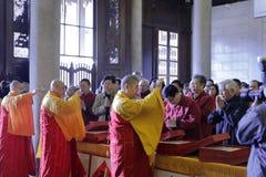 El gran shizewu del monje presidió los rezos, agua santa asperjada Fotografía de archivo libre de regalías