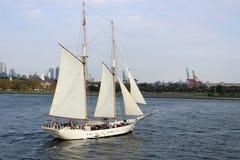 El gran yate blanco en la bahía foto de archivo libre de regalías