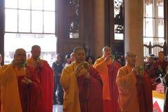 El gran zewu del monje presidió los rezos, agua santa asperjada Fotos de archivo
