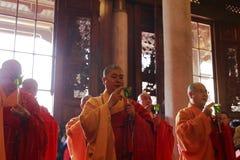 El gran zewu del monje presidió los rezos, agua santa asperjada Foto de archivo libre de regalías