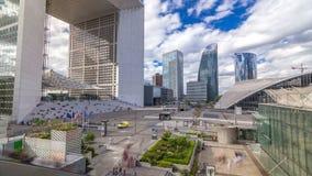 El Grande Arche y el hyperlapse del timelapse de los rascacielos en el distrito financiero de la defensa del La de París, Francia almacen de metraje de vídeo