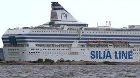 El ` grande de Silja Line del ` del transbordador del mar sale del puerto de Helsinki almacen de metraje de vídeo