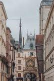 El Grande-reloj del Gros Horloge en el arco del renacimiento entre el edificio en Ruán céntrica, Francia foto de archivo libre de regalías