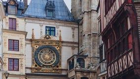 El Grande-reloj del Gros Horloge en el arco del renacimiento entre el edificio en Ruán céntrica, Francia foto de archivo