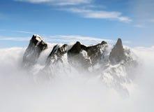 El Grandes Jorasses y montañas de Dent du Géant en la niebla Fotografía de archivo