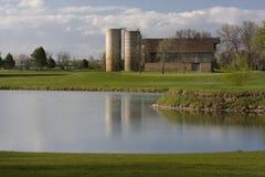 El granero con dos silos rodeó por los prados verdes Foto de archivo libre de regalías